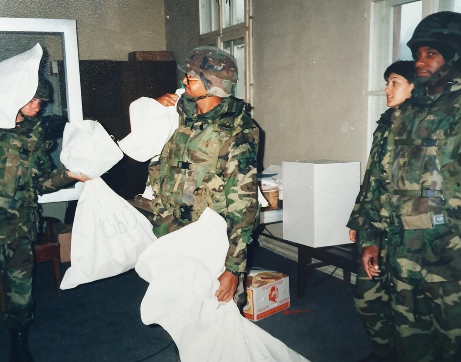 Nuotraukose – pirmieji po karo savivaldos rinkimai 1997-aisiais Bosnijoje, kurių prižiūrėtoju ESBO misijoje buvau ir aš, o balsavimo biuleteniams gabenti prisireikė NATO apsaugos.