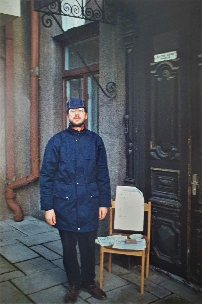 """Liudas Mažylis prie """"Kauno laiko"""" redakcijos. Čia 1991 m. sausio 13-osios naktį būriavosi kauniečiai."""